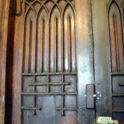 замок дори на антикварной двери (вид изнутри)