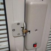 Дори на алюминиевых дверях (вид изнутри)